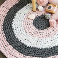 Runder gehäkelter Teppich